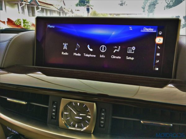 Lexus LX 450d - A large 12.3-inch crisp display