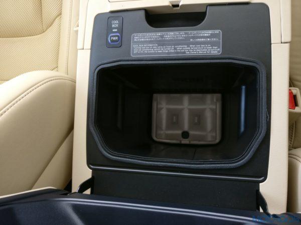 Lexus LX 450d - Space for smartphones