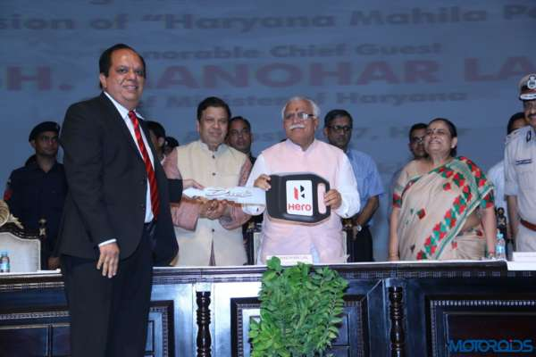 100-New-Hero-Duet-Scooters-Presented-To-Women-Police-Officers-Of-Haryana-1-600x400