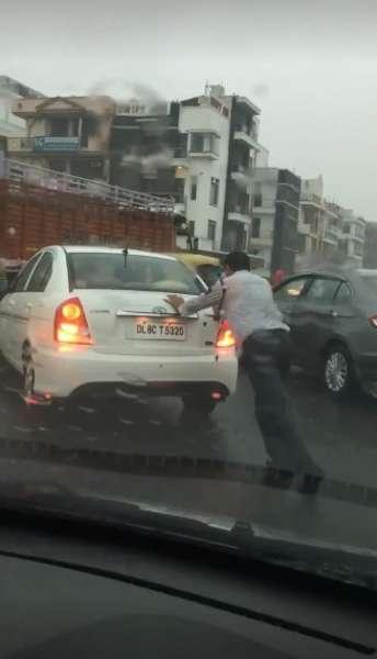 Delhi-Traffic-Cop-Rain-3-344x600