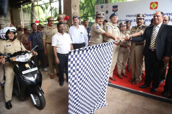 Hero-MotoCorp-Presents-More-Than-150-Scooters-To-The-Telangana-Police-Department-1-600x400
