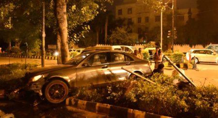 Mercedes-Benz C-Class accident Delhi (1)
