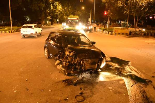Mercedes Benz C Class accident Delhi (2)