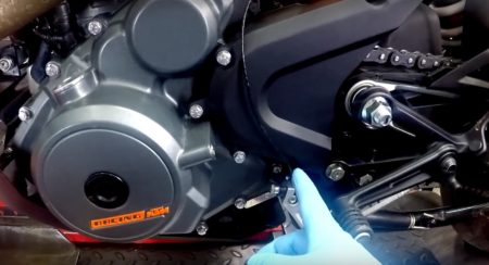 VIDEO: Shifting gears without the clutch with a Race Dynamics Quick Shifter on the Duke 390