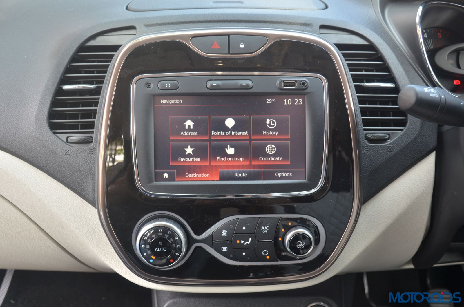 New-Renault-Captur-centre-console-and-infotainment-system-1