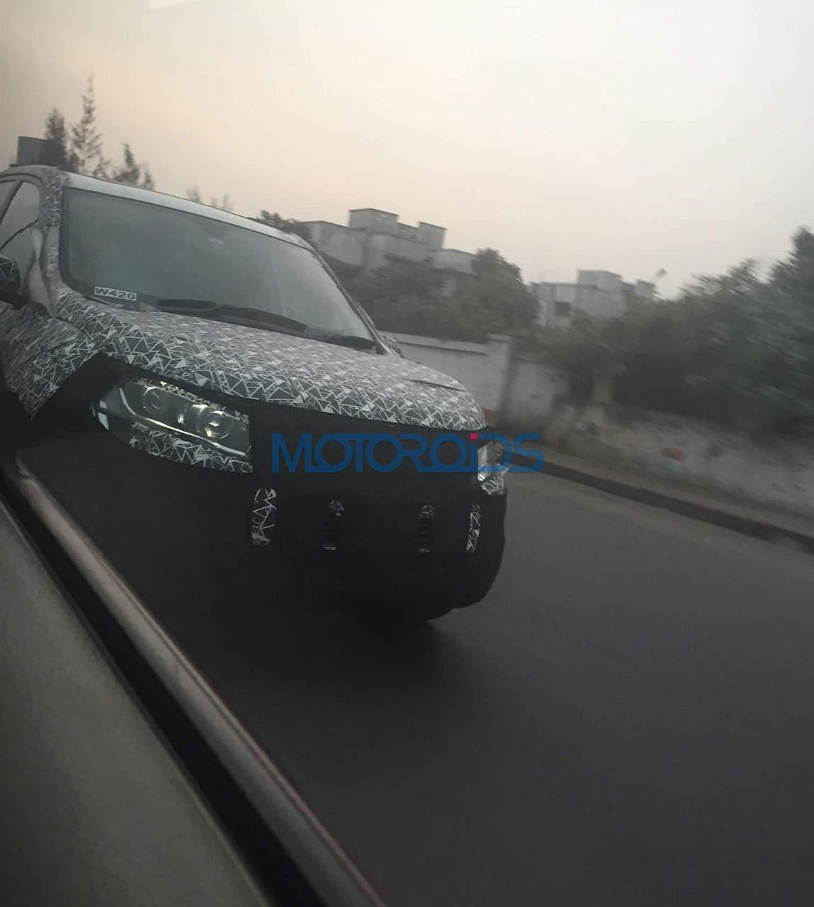 2018-XUV500-facelift-spy-images-10
