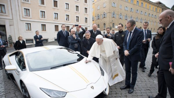 Unique-Lamborghini-Huracán-RWD-By-Ad-Personam-Donated-To-Pope-Francis-3-600x338