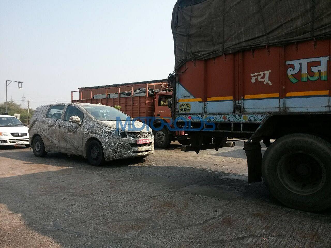 Mahindra-U321-MPV-spy-images-India-2
