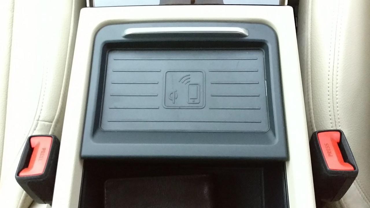 New-2018-Audi-Q5-India-wireless-charging-phonebox