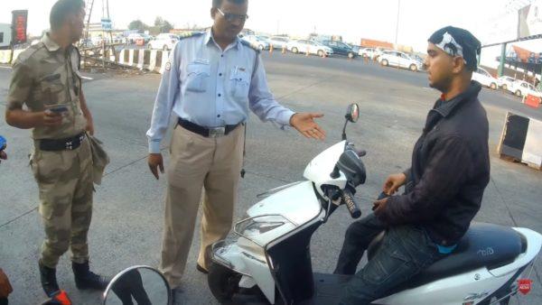 Traffic Cop Taking Bribe – Caught On Camera(1)