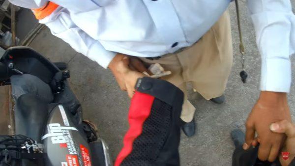 Traffic Cop Taking Bribe – Caught On Camera(4)