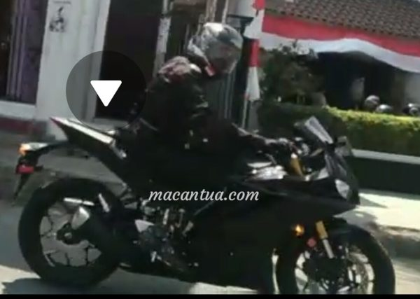 Next Generation Yamaha YZF R25 (YZF R3) Spied With LED Headlight and USD Forks (3)