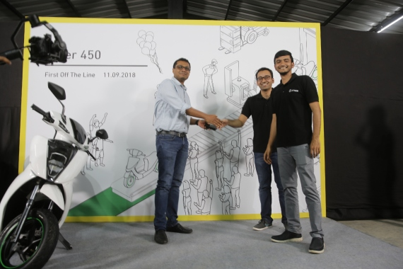 Ather Delivery Event – Sachin Bansal receives his Ather 450 scooter keys from Tarun Mehta, Co Founder and CEO, and Swapnil Jain, Co Founder and CTO (1)