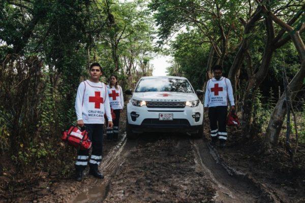 Land Rover_Red Cross_volunteers