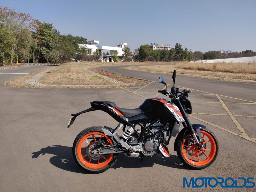 KTM Duke 125 review side