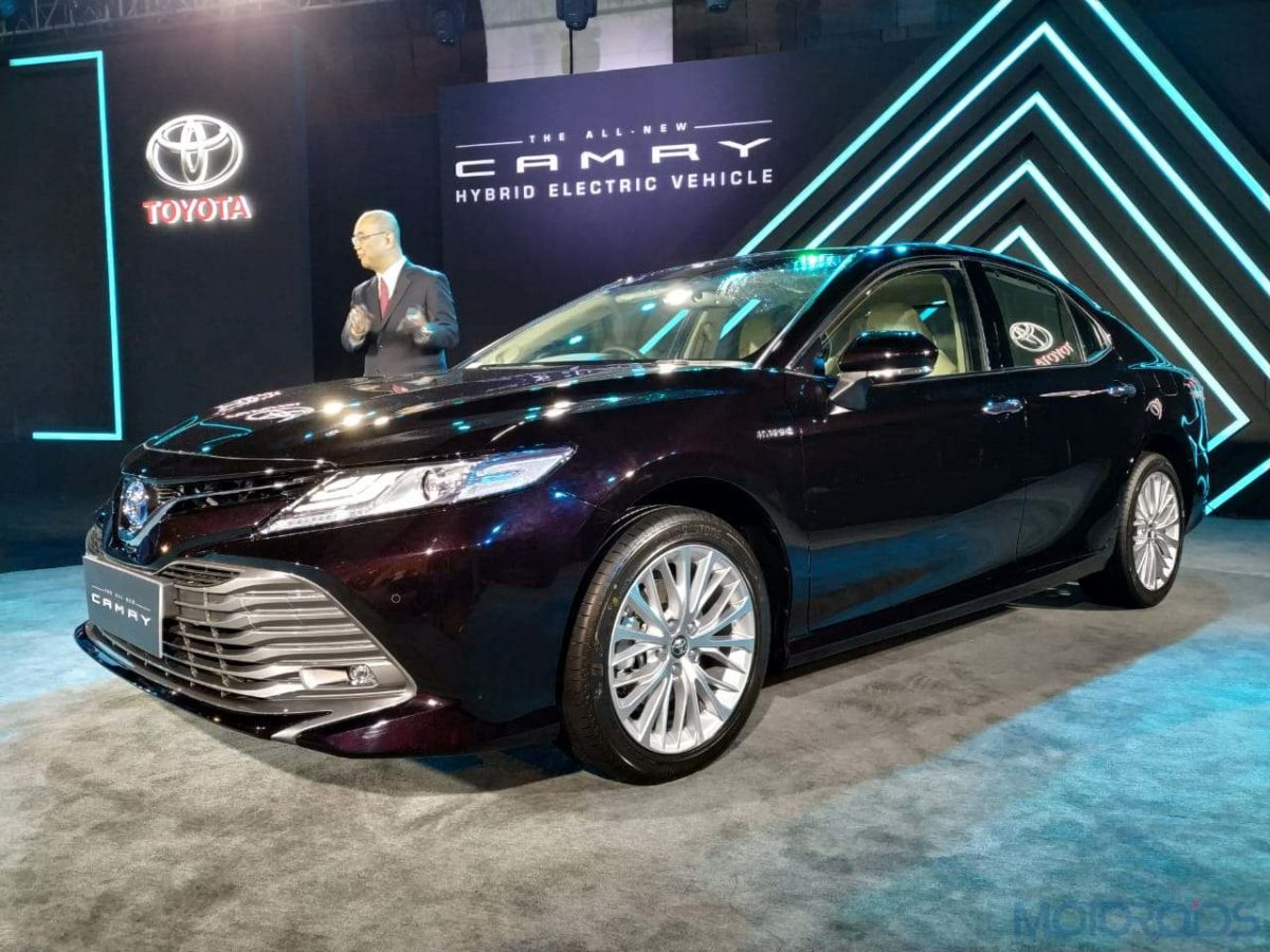 2019 Toyota Camry Hybrid left front low(23)