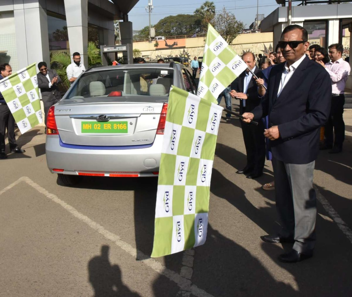 Dr. Pawan Goenka, MD, M&M Ltd. flagging off the Mahindra e Verito (1)