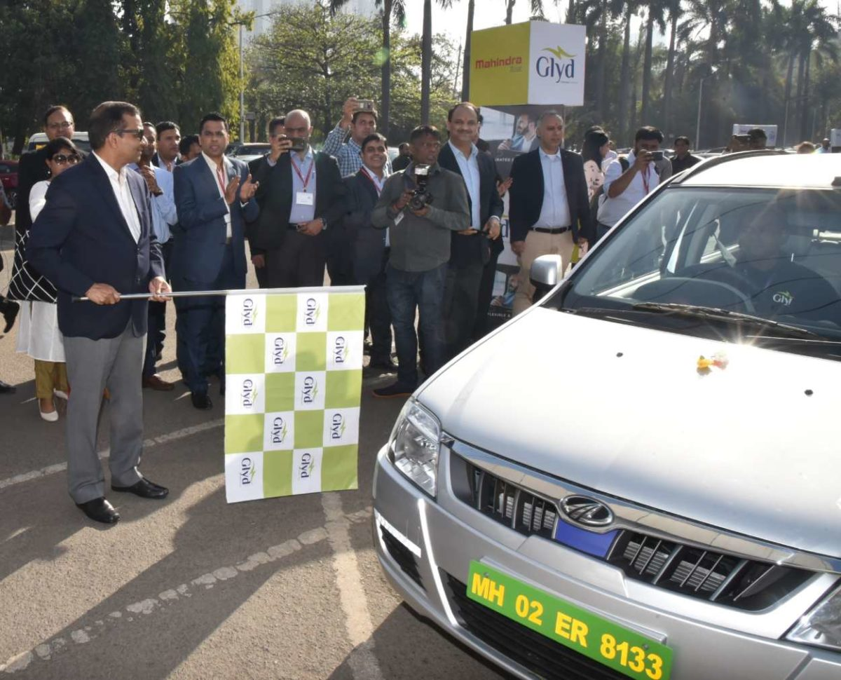Dr. Pawan Goenka, MD, M&M Ltd. flagging off the Mahindra e Verito (Pic 02) (1)