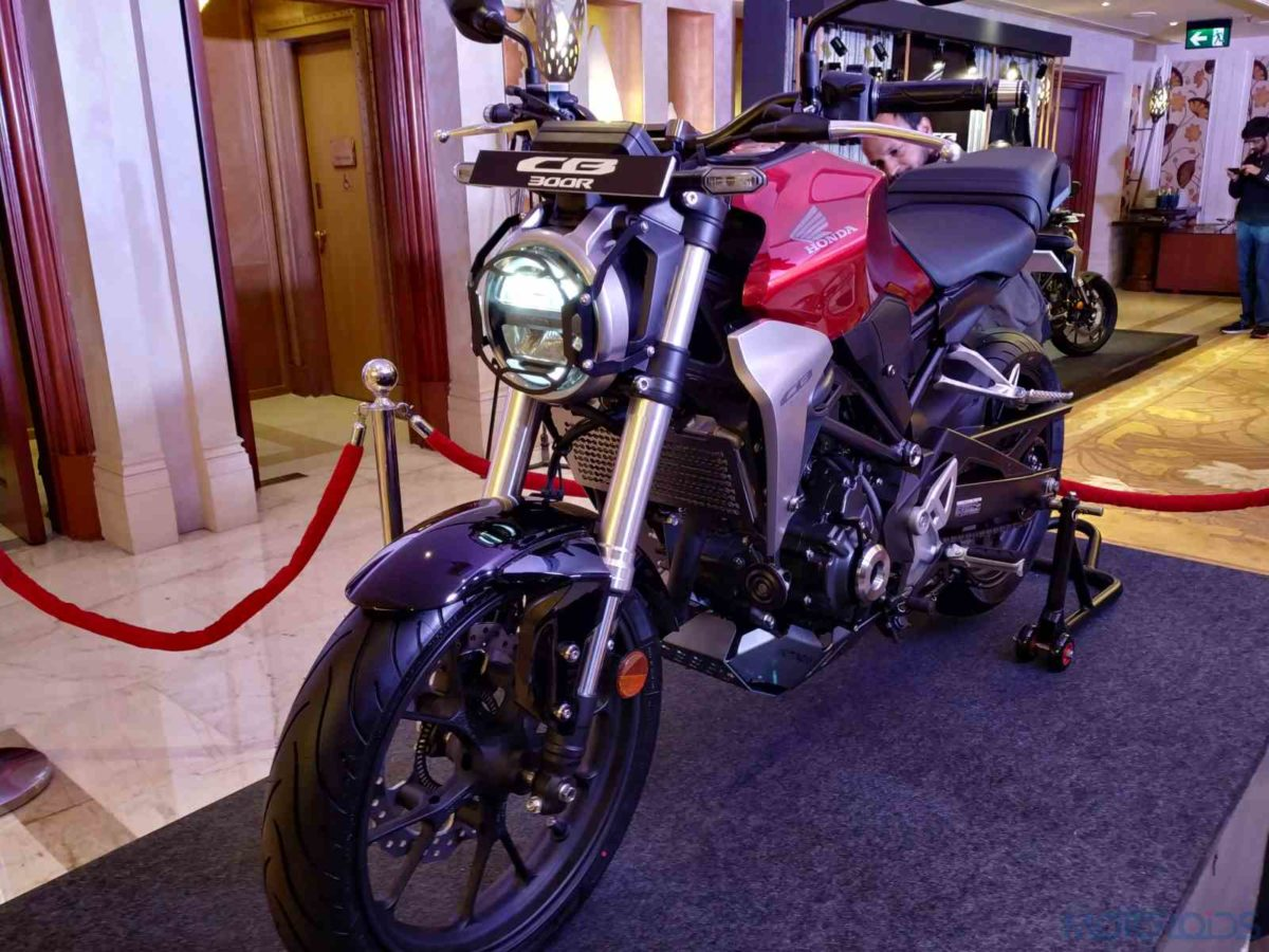 Honda CB300R India front three quarters (2)
