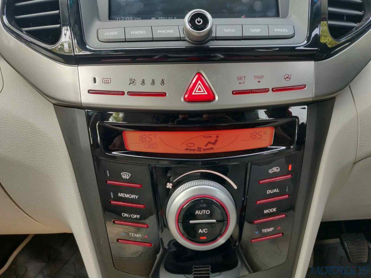 Mahindra XUV 300 W8 Diesel AC panel and display (59)