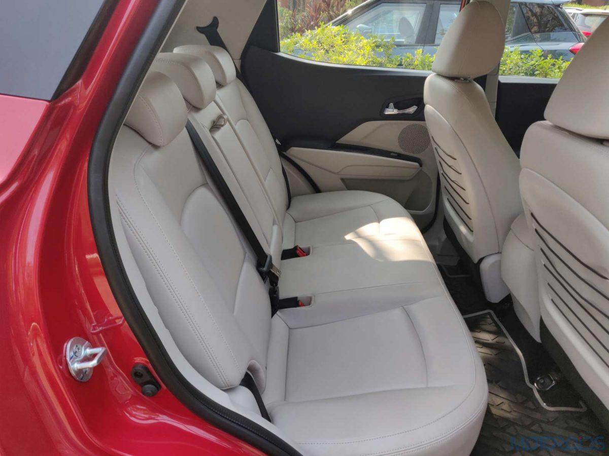 Mahindra XUV 300 W8 Diesel backseat space (100)