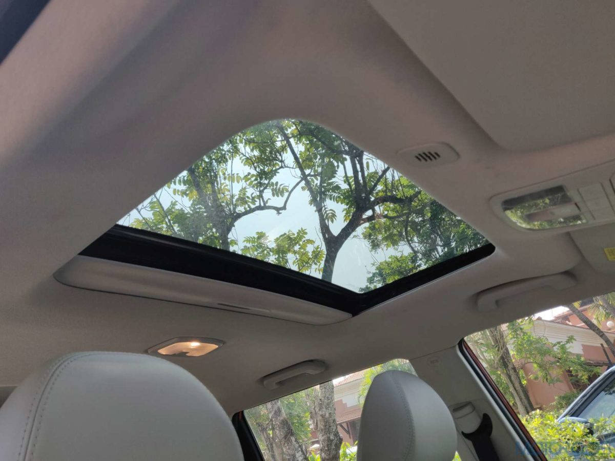 Mahindra XUV 300 W8 Diesel sunroof open (88)