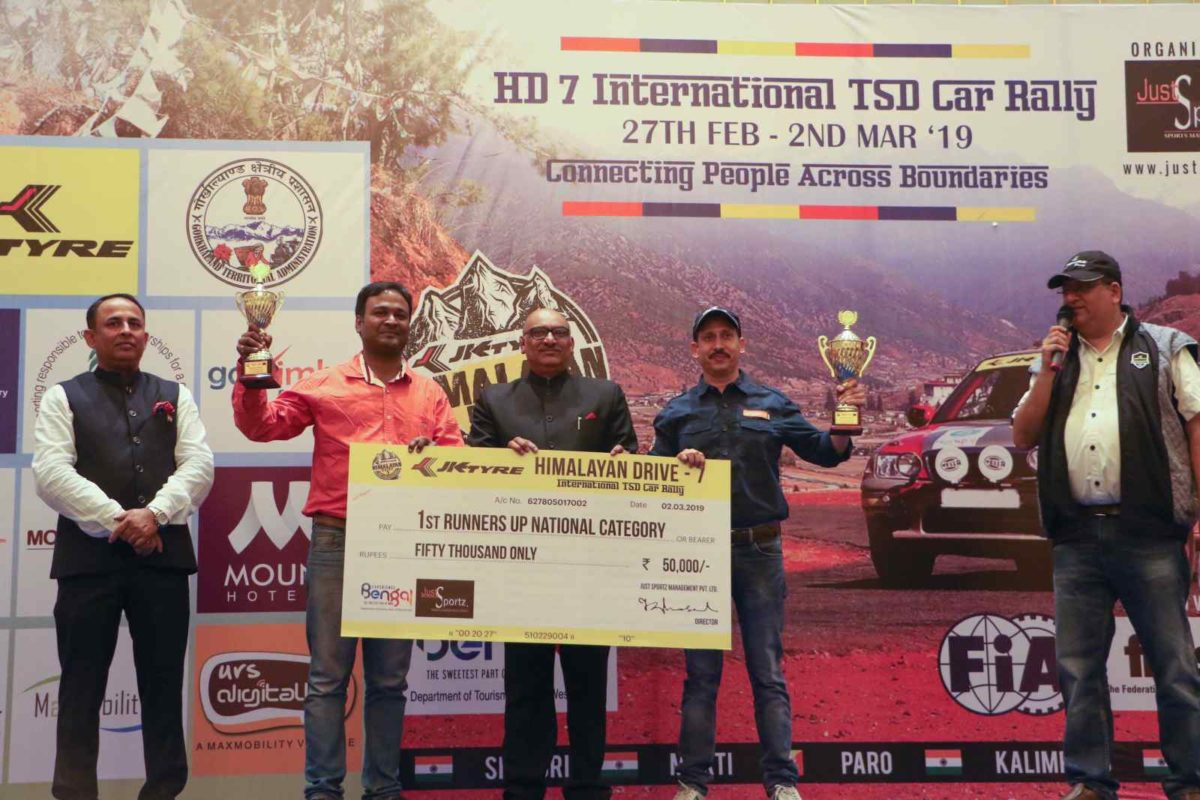 Delhi's Gagan Sethi(R) and his co driver Rajkumar Mundra(L) with their first runners up prize during the podium ceremony of the 7th JK Tyre Himalayan Drive