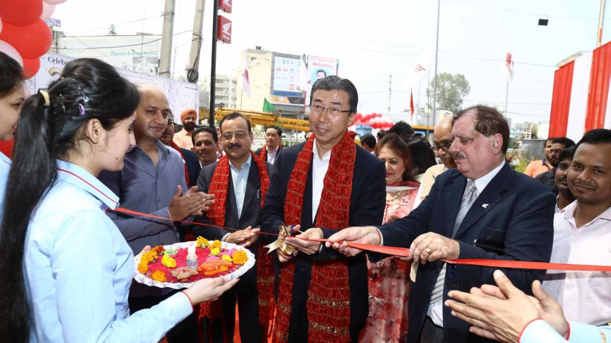 Honda opens 1000th dealership Mr Minoru cutting ribbon