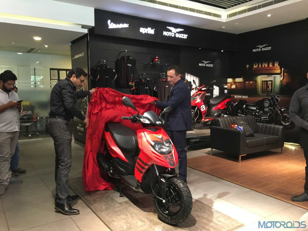 R L (Diego Graffi, Managing Director and CEO, Piaggio India & Ashish Yakhmi, Head of Two wheeler) (1)