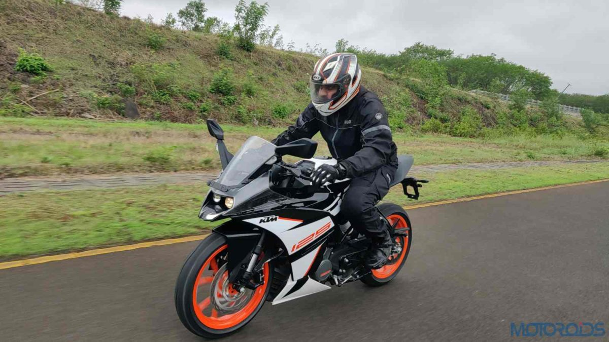 KTM RC 125 ABS Review in motion front