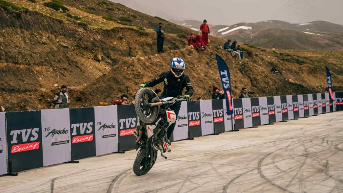 TVS Apache Stunt record at Spiti wheelie turn