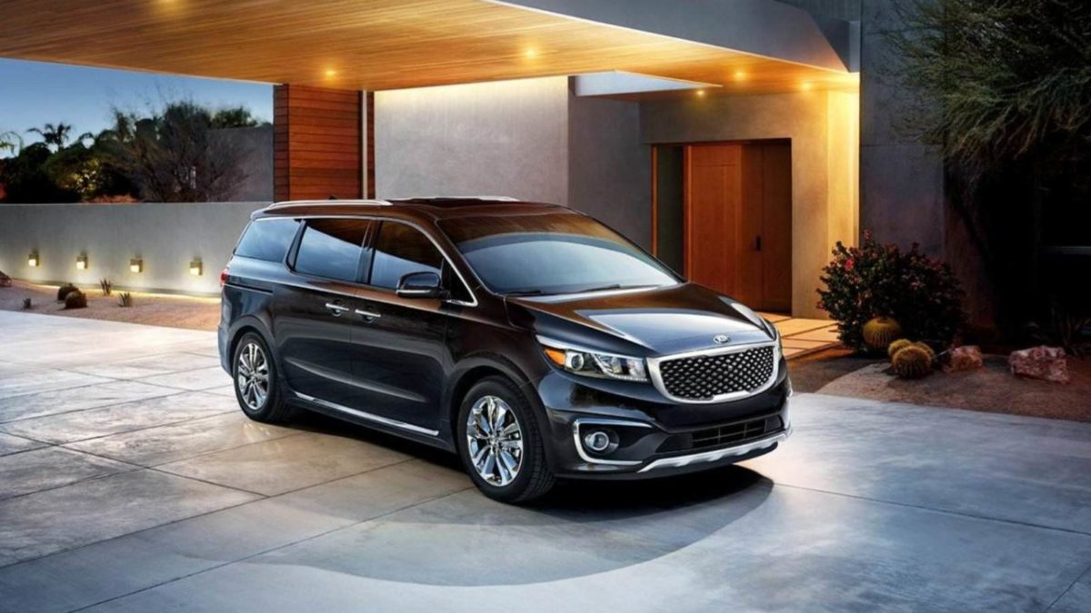 Kia Carnival front quarter featured