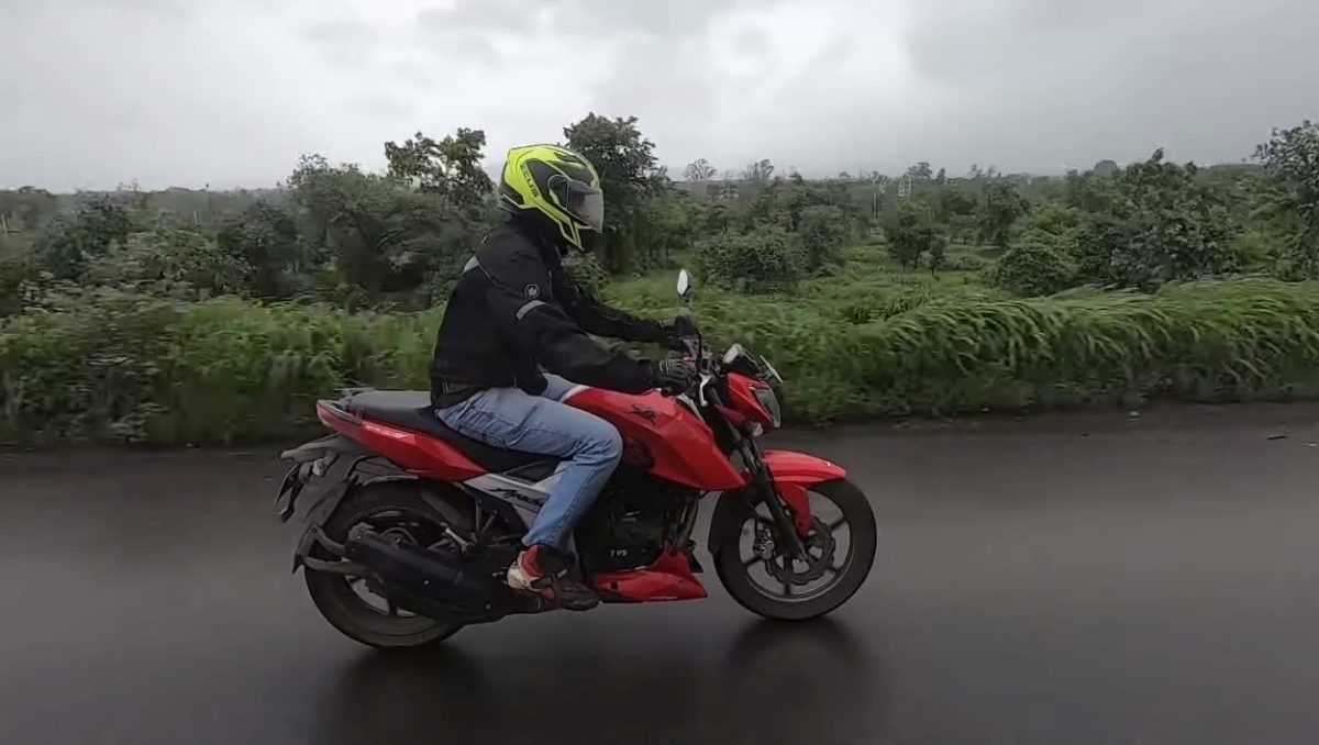 TVS Apache RTR 160 4V riding position