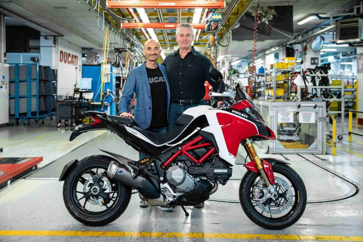 Claudio Domenicali (CEO Ducati) handing over the 100,000th Multistrada to Dave Hayward (1)