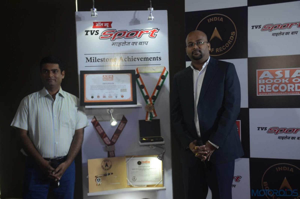 Piyush Singh Head (Marketing) – Commuter Motorcycles, TVS Motor with Pavitra Patra, Rider, TVS Sport with the India Book of Records and Asia Book of Records