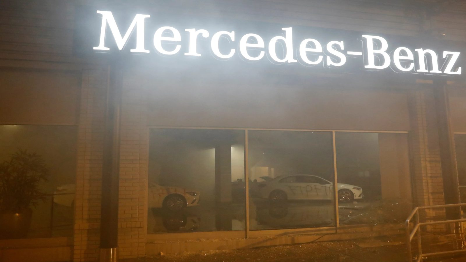Rioters Vandalise A Mercedes-Benz Showroom In Oakland, USA | Motoroids
