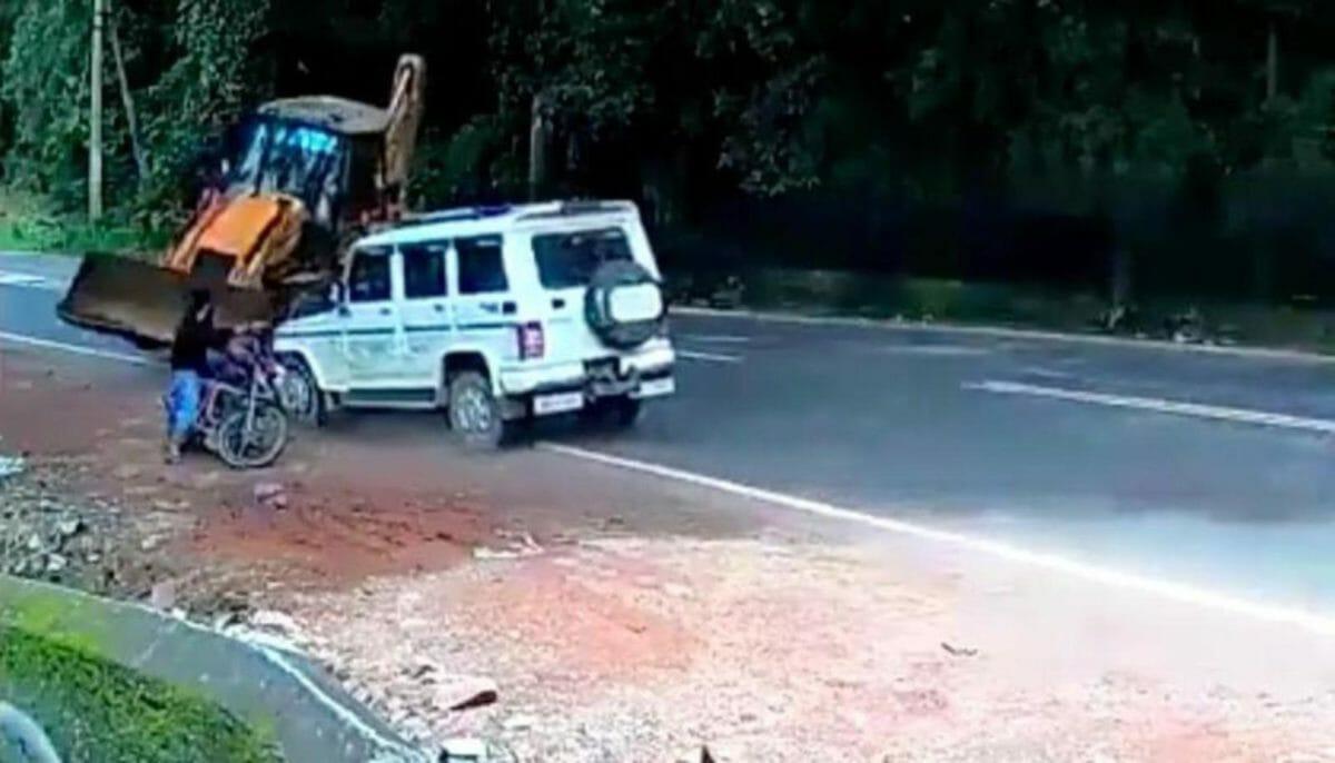 Mahindra Bolero smashes into JCB