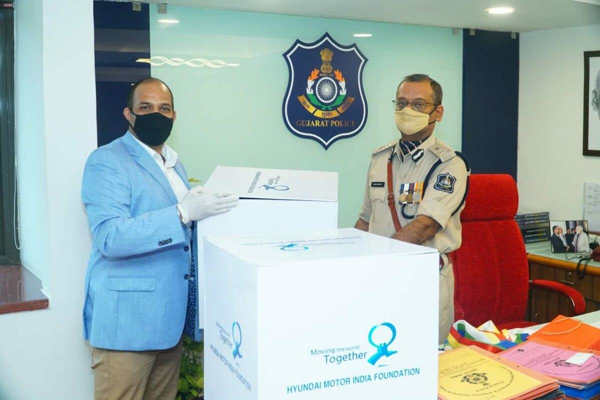 Photo – Handover of Khadi Masks by Hyundai Motor India
