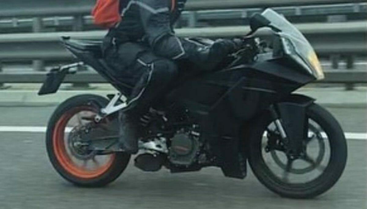KTM RC 200 2021 spied (1)