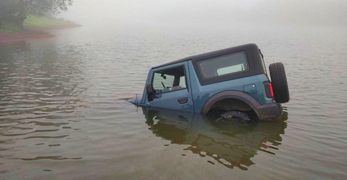 Mahindra Thar stuck in lake
