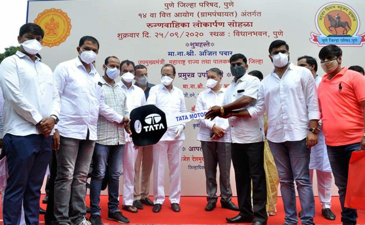 deputy chief minister of maharashtra ajit pawar and members of zilla parishad receiving the tata winger consignment_625x300_25_September_20 (1)