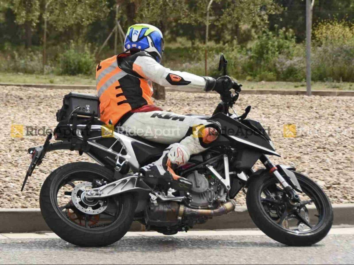 2022 KTM Duke 390 spied (1)
