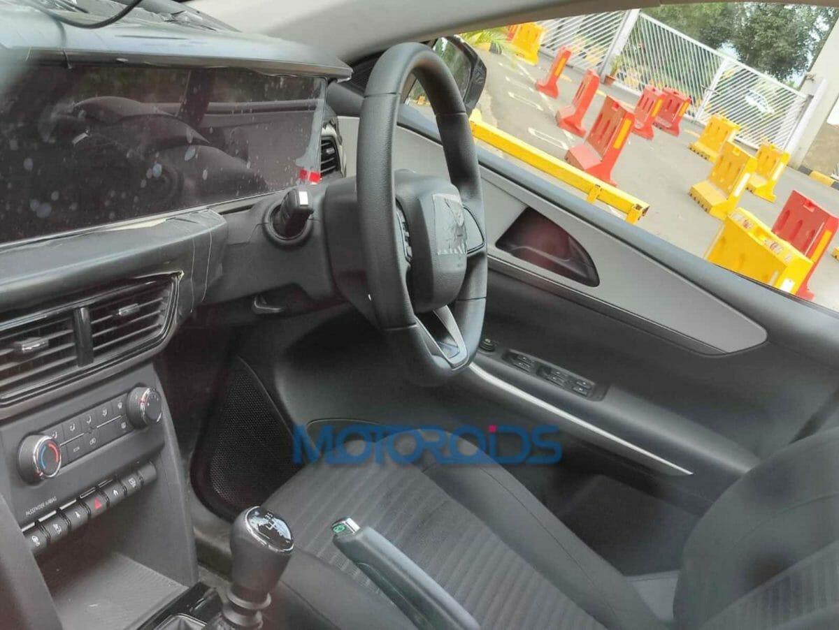 Mahindra XUV700 spied (1)
